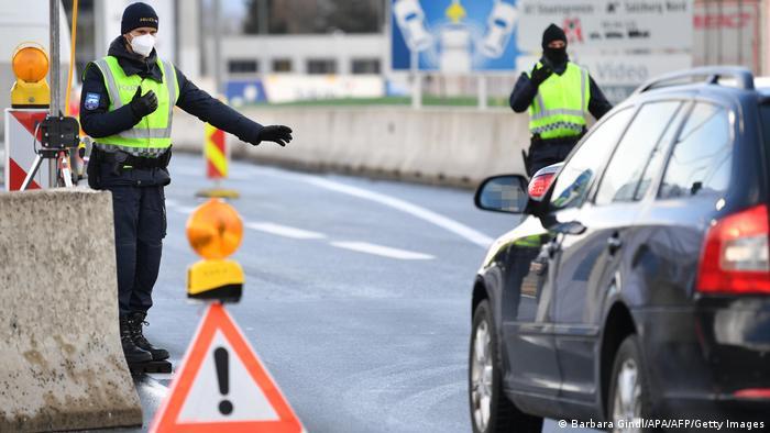 Немецкие полицейские контролируют машины на границе с Австрией