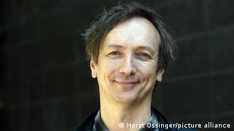 A portrait of the pianist Volker Bertelmann.