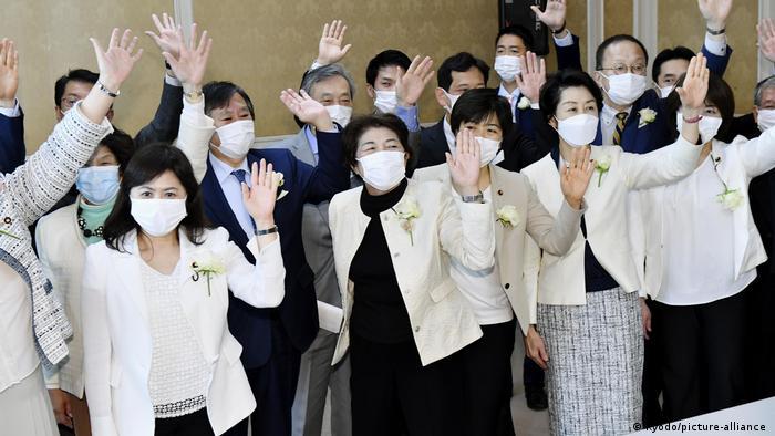 Legisladoras visten chaquetas blancas con rosas blancas en Tokio, como protesta contra los comentarios sexistas de Yoshiro Mori, jefe del Comité Organizador de los JJ. OO. de Tokio.