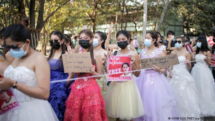 Участницы протестов в бальных платьях