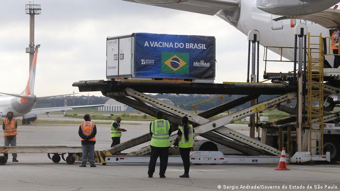 Contêiner com lotes da Coronavac sendo embarcado num avião no aeorporto internacional da Guarulhos, em São Paulo
