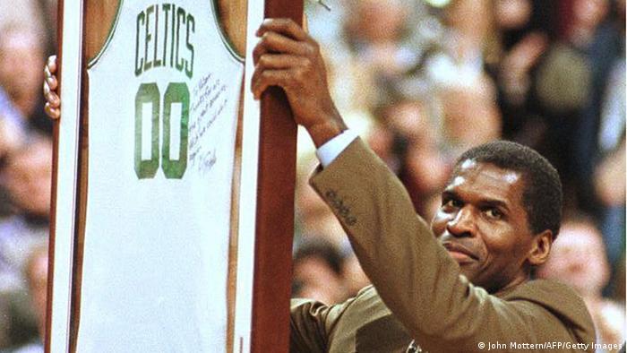 در تیم بوستون به بازیکنی افسانهای تبدیل شد. با تیم سلتیکس سهبار عنوان قهرمانی لیگ بسکتبال آمریکا NBA را بدست آورد. پاریش در سن ۴۳ سالگی در تیم شیکاگو بولز با شماره دو صفر در سال ۱۹۹۷ و در کنار مایکل جردن به عنوان قهرمانی NBA دست یافت که مسنترین قهرمان تاریخ این لیگ محسوب میشود.