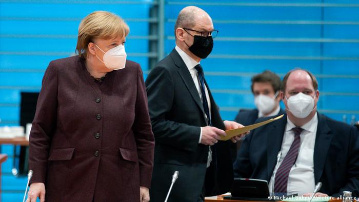 Kanzleramtschef Helge Braun (hier mit seiner Vorgesetzten Angela Merkel und Vizekanzler Olaf Scholz)