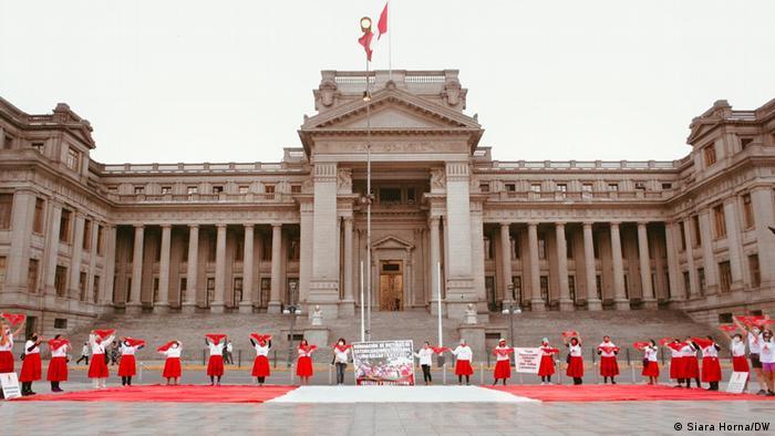 Protestas en Perú por los derechos de las víctimas de esterilizaciones forzadas.