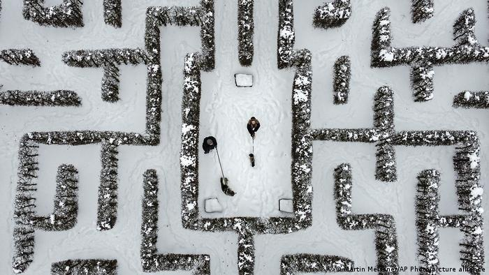 """Kad ljudi u Nemačkoj kažu """"gasi"""" (Gassi), onda to znači da idu u šetnju sa svojim psom. A njih četvoro na slici odlučili su da, iako je mraz, prošetaju po lavirintu-bašti u Gelzenkirhenu."""