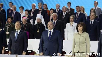 Лукашенко и другие участники ВНС стоят по стойке смирно