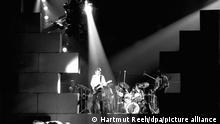 Blick durch eine Lücke in der gigantischen Wand aus Styropor auf die britische Rockgruppe Pink Floyd bei einer Probe zu ihrem Mammutspektakel The Wall am 11.2.1981 in der Dortmunder Westfalenhalle. Die als Jahrhundert-Ereignis angekündigten Konzerte mit den von dem Bassisten und Sänger Roger Waters verfassten und komponierten Stücken werden vom 13. bis 20. Februar in der Westfalenhalle stattfinden.