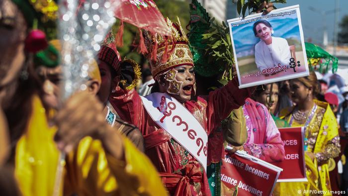 Женщины в национальных костюмах на акции протеста в Янгоне