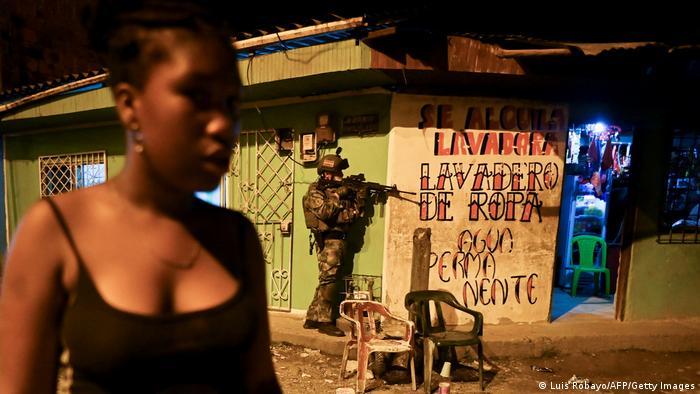 Patrulla militar en Buenaventura, en la región del Valle del Cauca, una de las ciudades más afectadas por la violencia entre grupos armados, en una imagen de febrero.