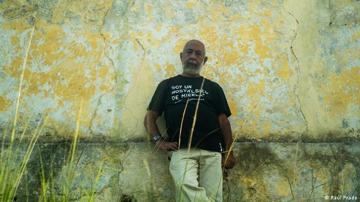 Leonardo Padura lehnt an einer Mauer