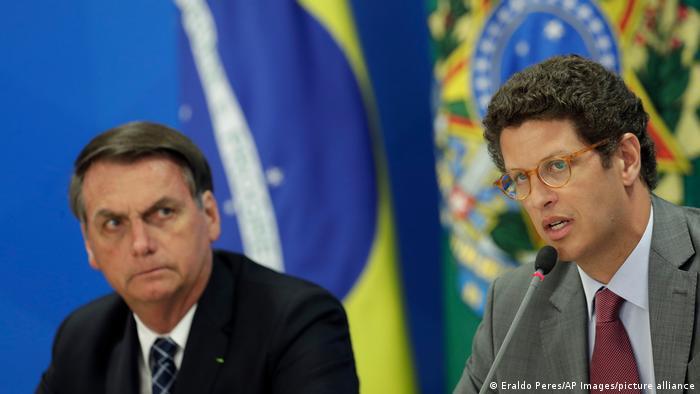 Brazilian President Jair Bolsonaro (l) and former Environment Minister Ricardo Salles