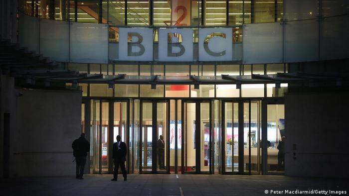 Люди перед штаб-квартирою BBC в Лондоні (архівне фото)