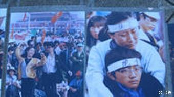 Bilder, die in Berlin bei einer Andachtsstunde an den Opfer der Studentenbewegung am 4. Juni. 1989 in Peking gezeigt werden