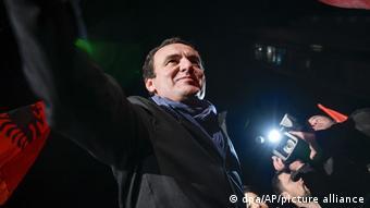 Ο Άλμπιν Κούρτι προβάλλει ως φαβορί για τις βουλευτικές εκλογές της Κυριακής