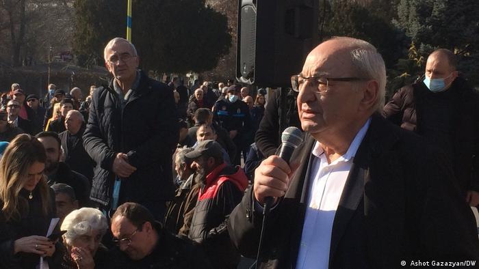 Лидер оппозиции Вазген Манукян на митинге в Ереване в пятницу, 12 февраля