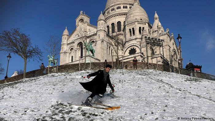 Bueno, ¿y por qué no esquiar en pleno París? La colina de la famosa iglesia del Sagrado Corazón no es especialmente alta, pero sí lo bastante empinada como para deslizarse por ella, como comprobó el osado atleta de la foto. Estas ocasiones hay que aprovecharlas, toda vez que las olas de frío suelen ser breves.