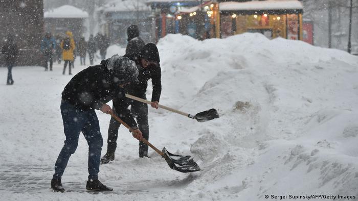 Vendedores ucranianos sacan nieve con palas cerca de sus puestos en la capital Kiev. Hasta -10 grados debieron soportar los habitantes de esta ciudad en una sucesión de días fríos y nevadas que parecían interminables. Para los próximos días se prevén temperaturas gélidas, pero al menos hay un consuelo: volverá a salir el sol.