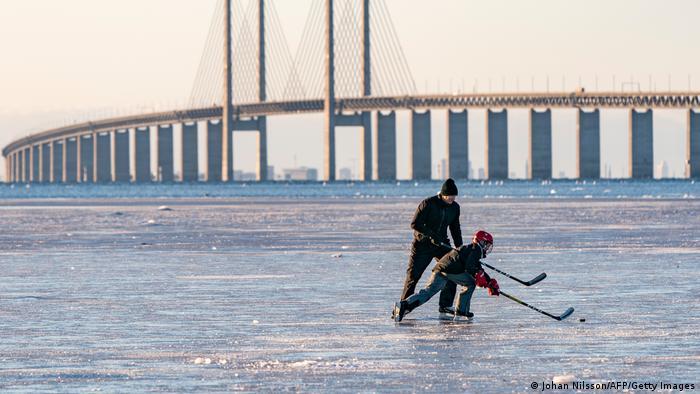 También los fanáticos del hockey sobre hielo sacan provecho de la ola de frío para empujar el puck de un lado a otro, con el impresionante fondo del puente de Öresund. La construcción une la capital danesa Copenhague con la ciudad sueca de Malmö. Se dice que los daneses ya en el siglo XII jugaban algo parecido al hockey sobre hielo. Quizás también sobre el Öresund.