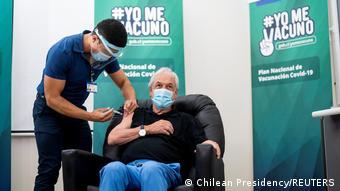 Президенту Чили Себастьяну Пиньере делают прививку препаратом Коронавак
