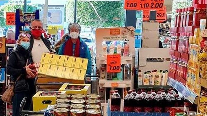 Tom Mardorf (Mitte) mit Lebensmitteln, die gespendet werden sollen