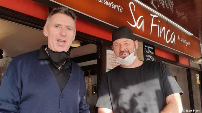 Restaurantbesitzer Bart Mooij (links) mit Geschäftspartner vor dem Lokal in Paguera auf Mallorca.
