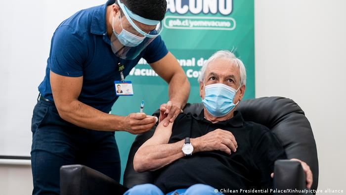El presidente chileno, Sebastián Piñera, recibiendo la vacuna contra el coronavirus