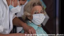 Eine ältere Frau erhält von einer medizinischen Mitarbeiterin eine Corona-Impfung. Das Land startete am 03.02.2021 seine Impfkampagne, in der zunächst Risikogruppen in über 1.400 Impfzentren im ganzen Land mit dem Impfstoff des chinesischen Herstellers Sinovac geimpft werden sollen. +++ dpa-Bildfunk +++