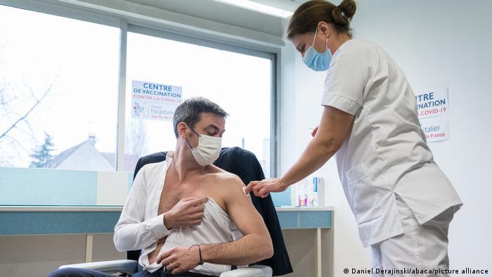 Frankreich I Gesundheitsminister Olivier Veran erhaelt Corona Impfung