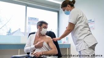 Главе Минздрава Франции ставят прививку от COVID-19