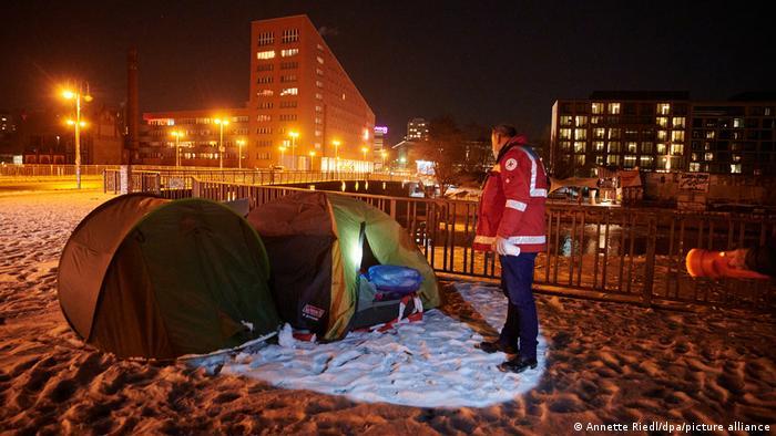 BdTD Berlin DRK Wärmebus im Einsatz für Obdachlose