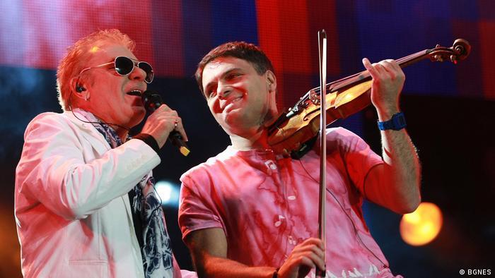 Васил Найденов на сцената с цигуларя Васко Василев