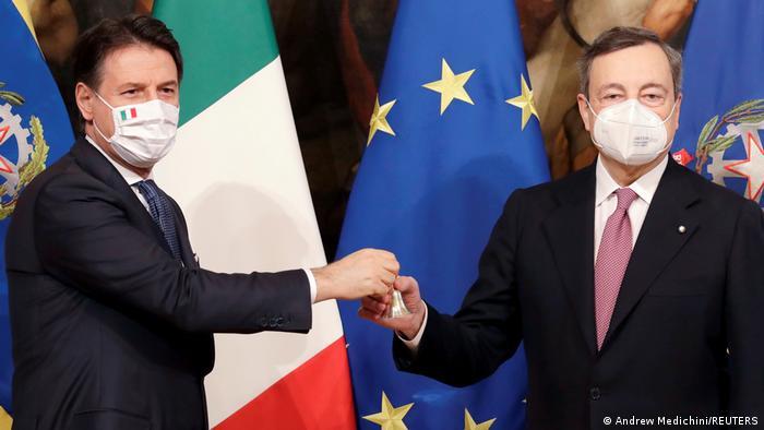 İtalya'nın yeni başbakanı Mario Draghi (sağda), görevi selefi Giuseppe Conte'den devraldı