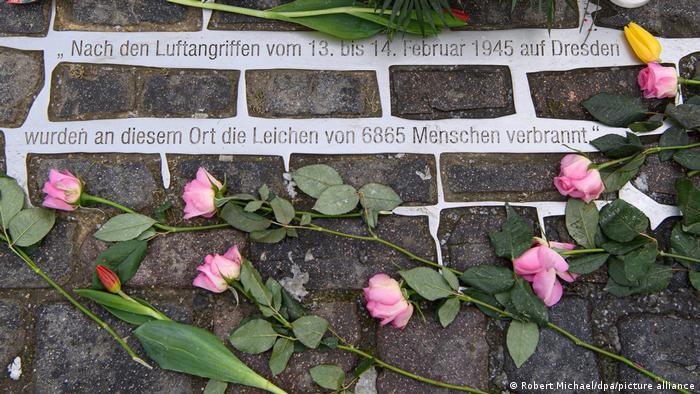 Розы у мемориала жертвам бомбардировок Дрездена 1945 года. 13 февраля 2021 г.