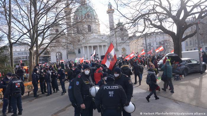 Акция протеста у Карлскирхе в Вене