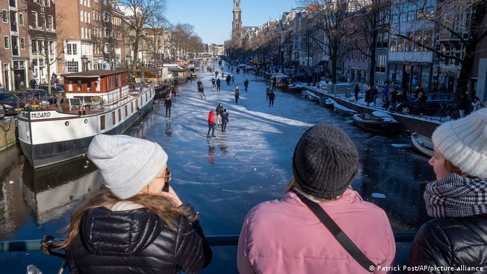 Klizanje po zaleđenom kanalu nikad nije dobra ideja, ali zna da bude neodoljivo. U centru Amsterdama se ovih dana moglo klizati prvi put od 2018. godine. No uprkos temperaturama u minusu, brzo se uoče prve pukotine u ledu. Onda na kanalu ostaju samo najhrabriji ili najluđi.