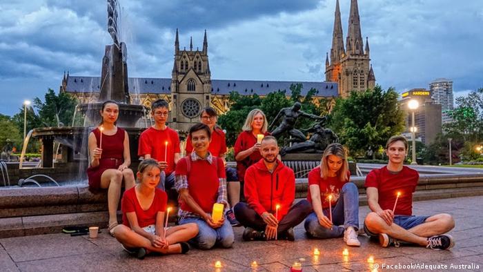 Участники акции Любовь сильнее страха в австралийской Аделаиде