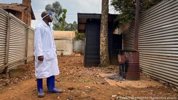 Médico com roupas especiais no Congo