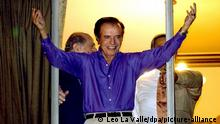 Argentinean presidential candidate and former president Carlos Menem greets his supporters Tuesday 13 May 2003 from a window at the Presidente Hotel in Buenos Aires. Rumors about Menem's possible withdrawal from the 18 May runoff election increased during the day in the country. Nestor Kirchner, Menem's opponent, leads the latest polls with over 70 percent of the vote. Foto: Leo La Valle dpa +++ dpa-Bildfunk +++
