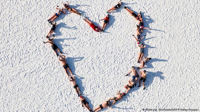Gran parte de Europa está enfrentando bajas temperaturas y tormentas de nieve. Pero esto aparentemente no podía ser excusa para estos amantes de la natación de invierno, que trazaron este corazón con sus cuerpos mientras posaban sobre la helada playa después de nadar en las gélidas aguas del mar Báltico, en Gdansk, Polonia. Una locura para muchos. ¿Los mantendrá el amor abrigados?
