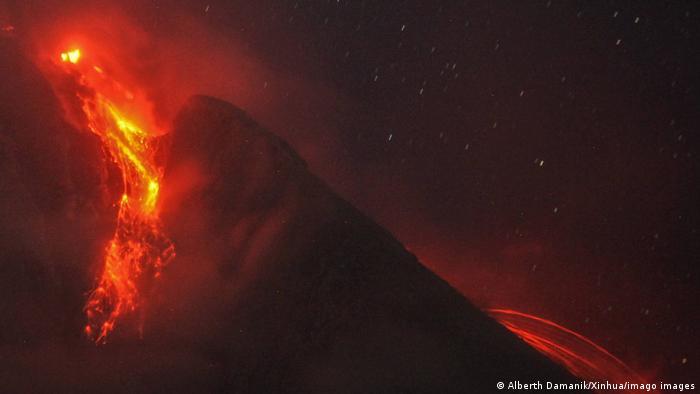 Materi vulkanik yang diemisikan dari Gunung Sinabung di Desa Tiga Pankor di Karoo