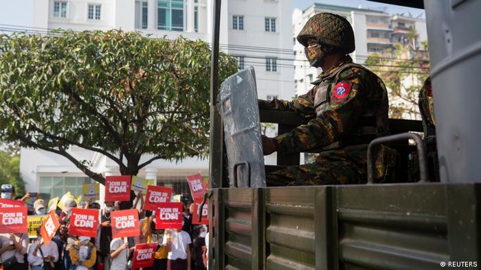 Soldat auf einem Militärlaster in Yangon
