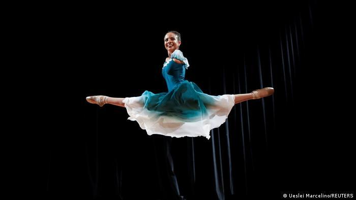 Vitoria Bueno je rođena s talentom za balet i bez ruku. Na slici je snimljena kako izvodi solo tačku u pozorištu Santa Rita do Sapučai u rodnom Brazilu.