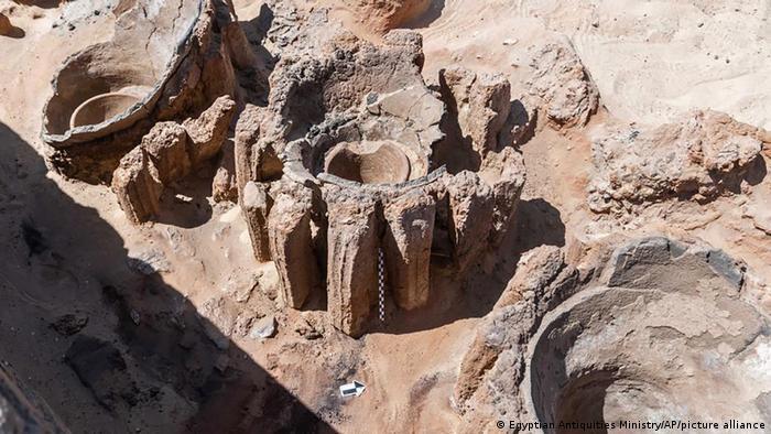 Potes de cerâmica escavados em Abidos, no Egito, e que apontam para o que seria a cervejaria mais antiga da história humana