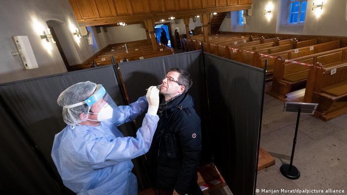 Test de coronavirus tomado por personal de salud en un centro improvisado en una iglesia de Alemania.