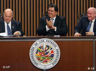 Der peruanische Präsident Alan García (mitte) bei der Eröffnung des OAS-Gipfels in Lima (Foto: AP)