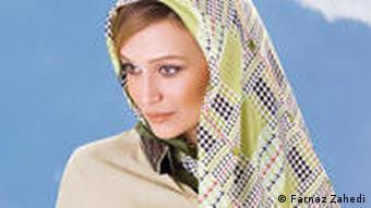 فرناز زاهدی: «چون چهره، چشمها و پوستم روشن است، من را انتخاب میکنند که بگویند کاتالوگ از کشور دیگری است و برای ایران هم نیست.»