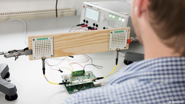 سنسورها قادر به اندازهگیری ضربان قلب و پارامترهای مربوط به تنفس هستند