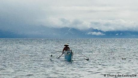 Un pescador en una barca.