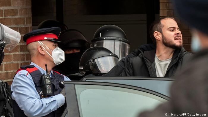Pablo Hasél sendo preso na Espanha