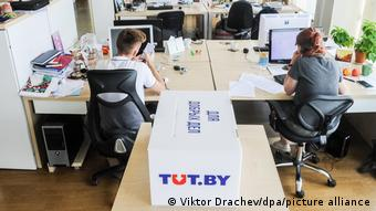 журналисты работают в офисе интернет-портала tut.by